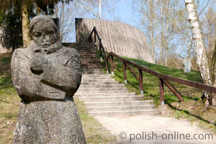"""Die Skulptur """"Die Frierende"""" in der Kriegsgräberstätte Golm"""