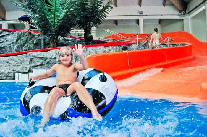 Junge in einem Spaßbad in Łodz