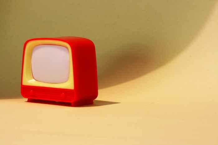 Roter Spielzeugfernseher aus Plastik