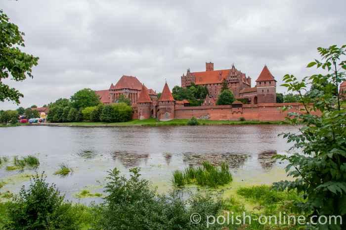 Blick über die Nogat auf die Marienburg (Polen)
