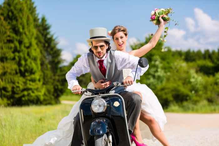 Brautpaar auf einem Motorroller