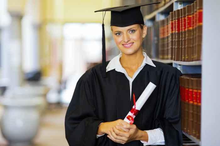 Absolventen einer Universität mit einem Diplom in der Hand