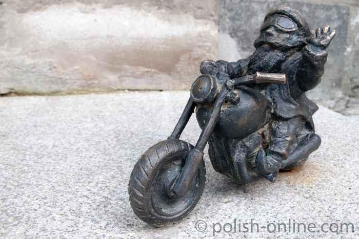 Zwergenfigur aus Bronze, die auf einem Chopper Motorrad sitzt