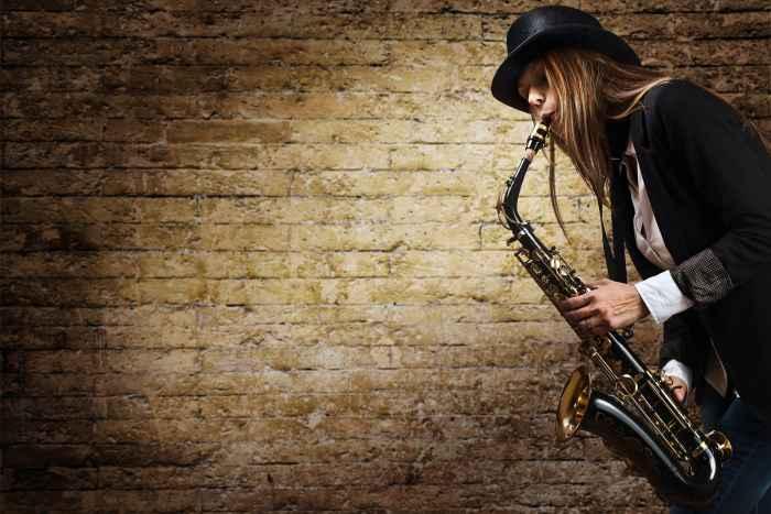 Jazzmusiker spielt auf einer Klarinette