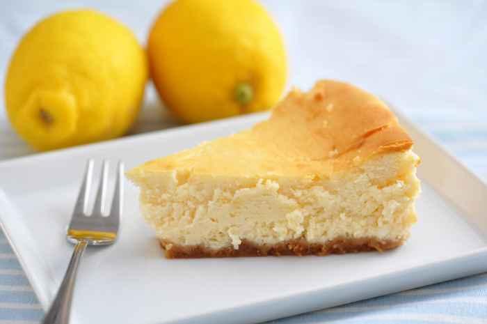 Zwei Zitronen neben einem Stück Käsekuchen nach Wieder Art