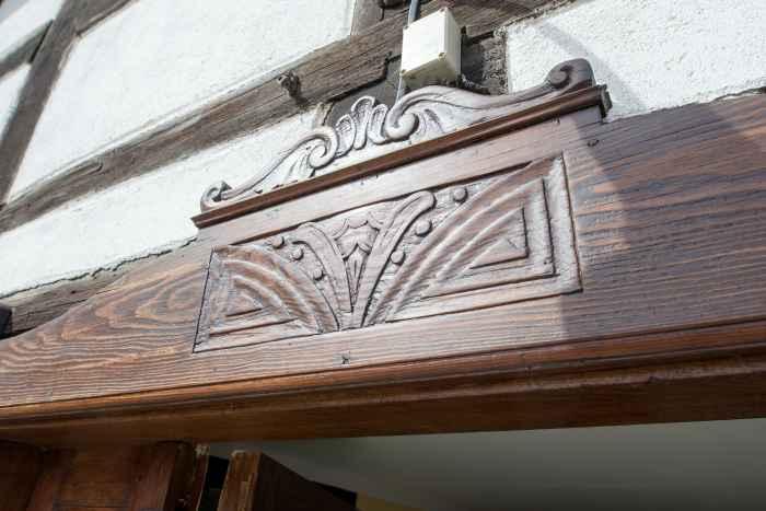 Verzierung über der Eingangstür eines Fachwerkhauses