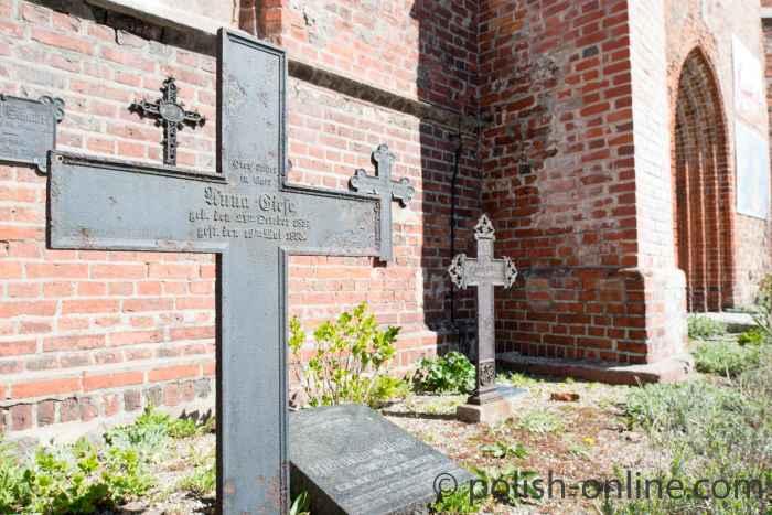 Grabkreuze aus Metall in Rügenwalde (Darłowo)