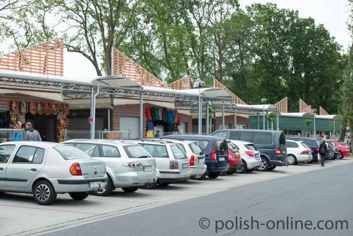 Autos vor Buden des Polenmarktes in der ul. Sportowa 1