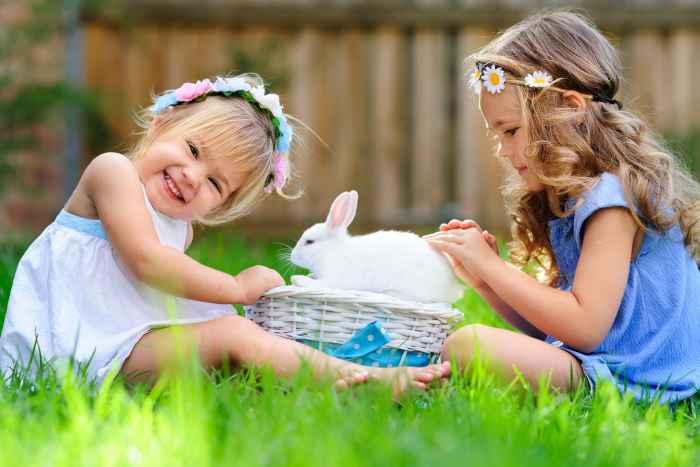 Zwei Mädchen mit einem Osterhäschen
