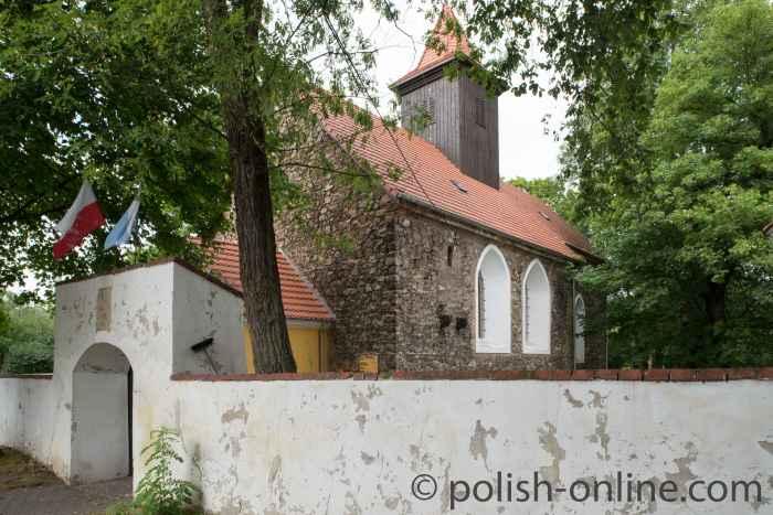 Kirche neben dem Gutshof in Kreisau (Krzyżowa) in Polen