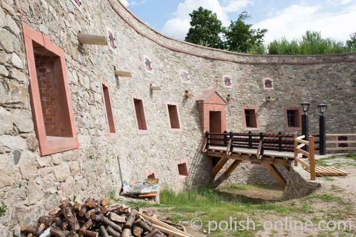 Restaurierte Niederbastion Festung Silberberg (Twierdza Srebrnogórska)