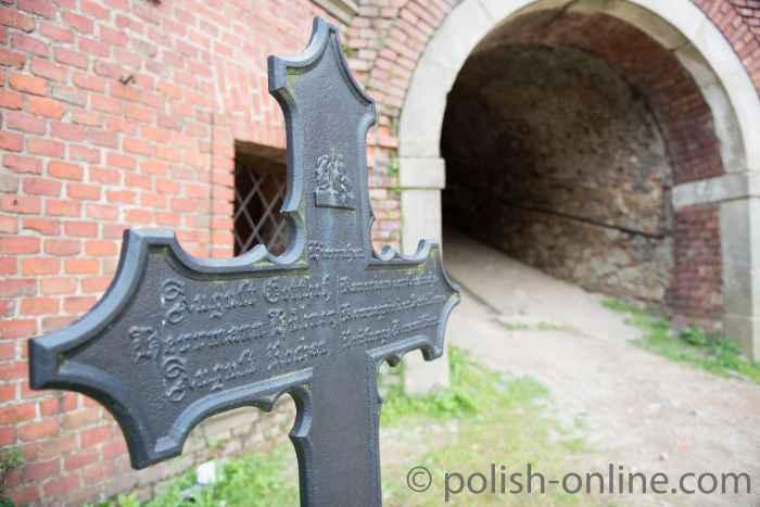 Grabkreuz in der Festung Silberberg (Twierdza Srebrnogórska)