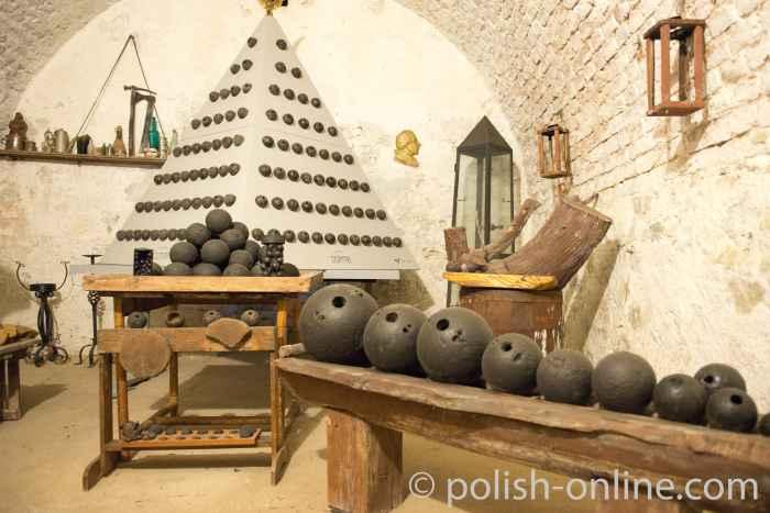 Kanonenkugeln in einer Ausstellung in der Festung Silberberg