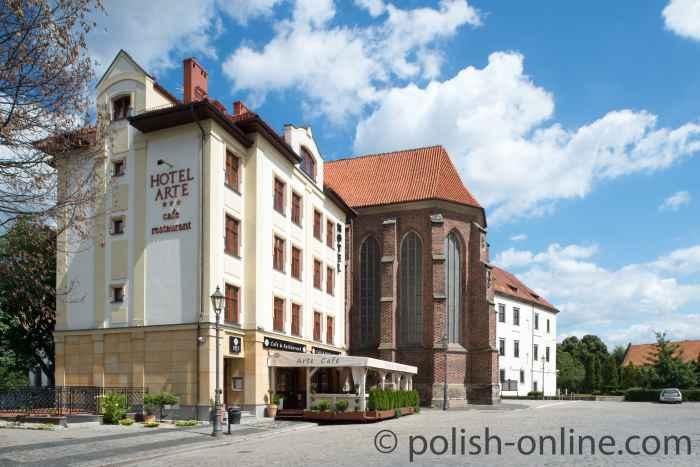 Hotel Arte und Schlosskapelle in Brieg (Brzeg)