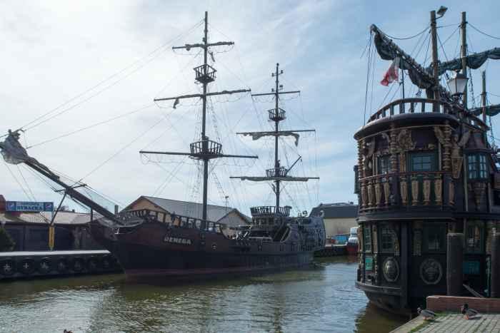 Zwei Ausflugsdampfer im Hafen von Leba (Łeba) an der Ostsee