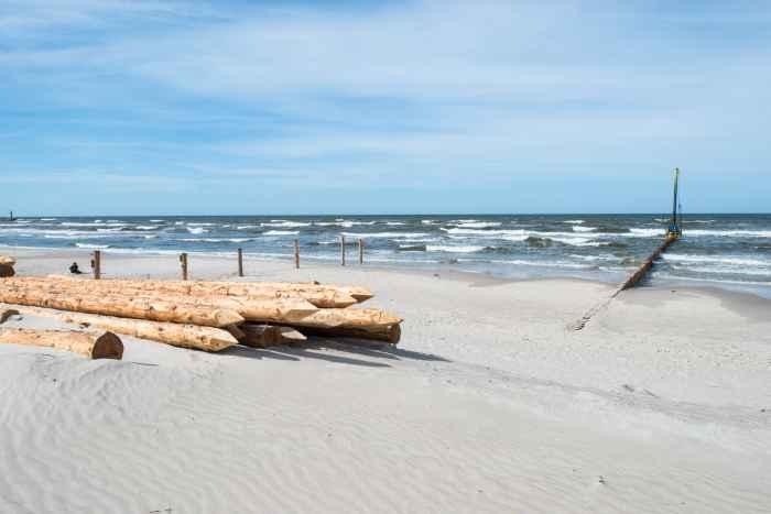 Buhnen am Ostseestrand von Leba in Polen