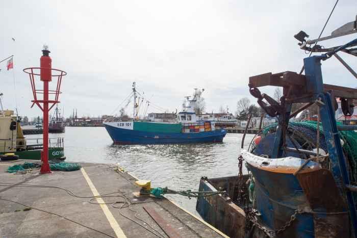 Fischerboote im Hafen von Leba an der Ostsee in Polen