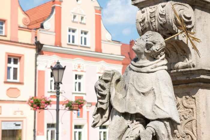 Dreifaltigkeitssäule auf dem Markt von Bad Landeck (Lądek Zdrój)