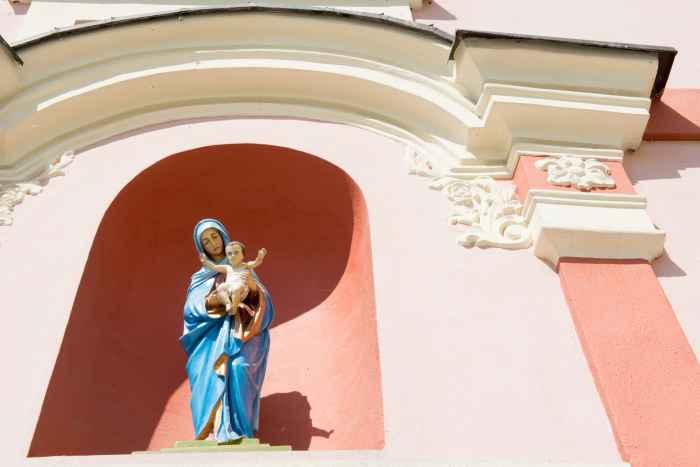 Marienfigur an einer Hausfassade in Bad Landeck (Lądek Zdrój)