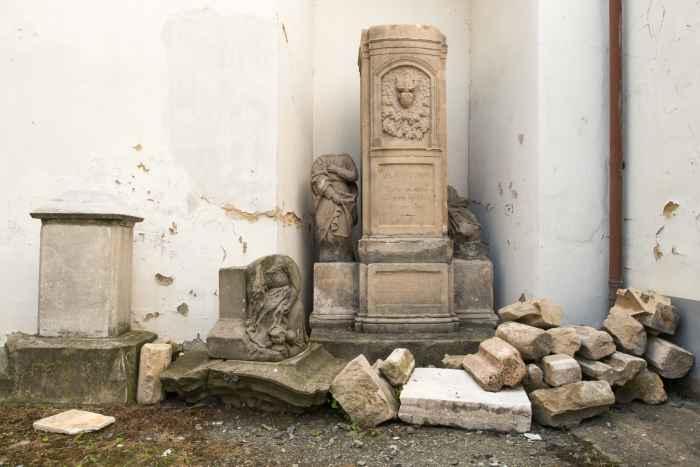 Abgestellte Grabsteine im Kloster Kamenz (Kamieniec Ząbkowicki)