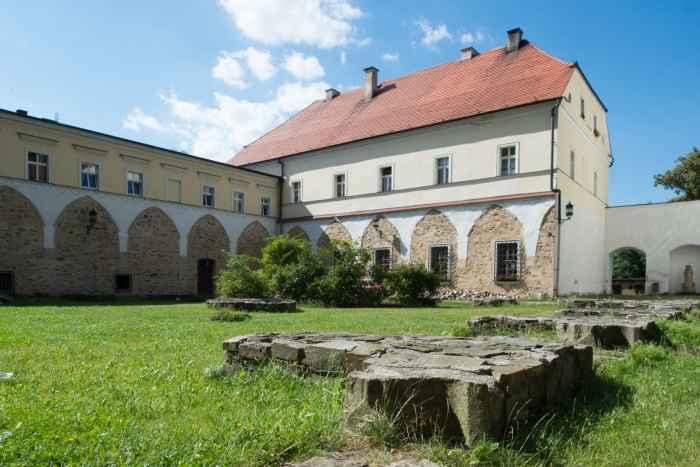 Überreste eines Kreuzganges im Kloster Kamenz