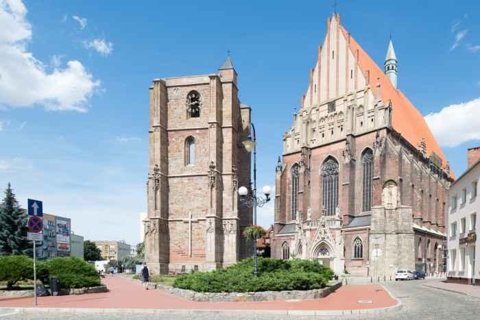 Die St.-Jakobus-Kirche in Neisse (Nysa) mit ihrem freistehenden Glockenturm