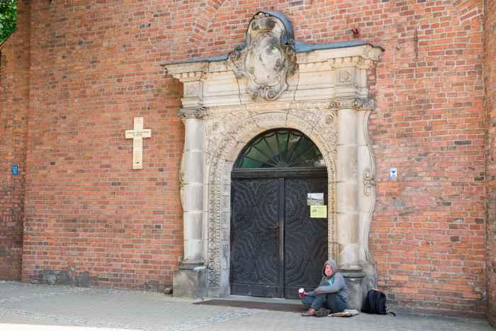 Bettler vor der Klarissenkirche in Bromberg (Bydgoszcz)