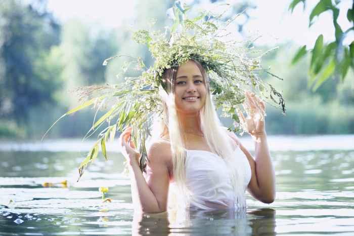 Mädchen mit einem Kranz auf dem Kopf im See