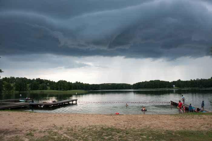 Gewitterwolken über einem See in Masuren