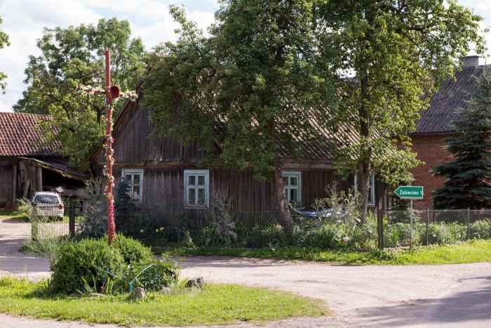 Kreuz am Straßenrand in Jakobsdorf (Jakubowo)
