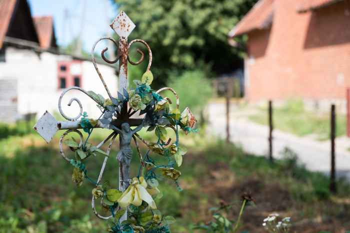 Metallkreuz in einem Garten in Jakobsdorf (Jakubowo)