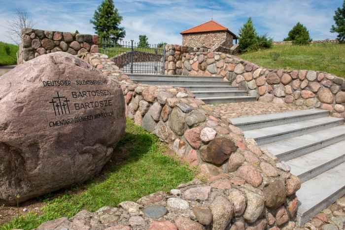 Findling am Eingang zum Soldatenfriedhof Bartossen (Bartosze)
