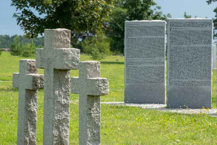 Steinkreuze auf dem Soldatenfriedhof Bartossen (Bartosze)