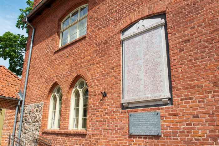 Gedenktafel am Gymnasium in Hohenstein (Olsztynek)