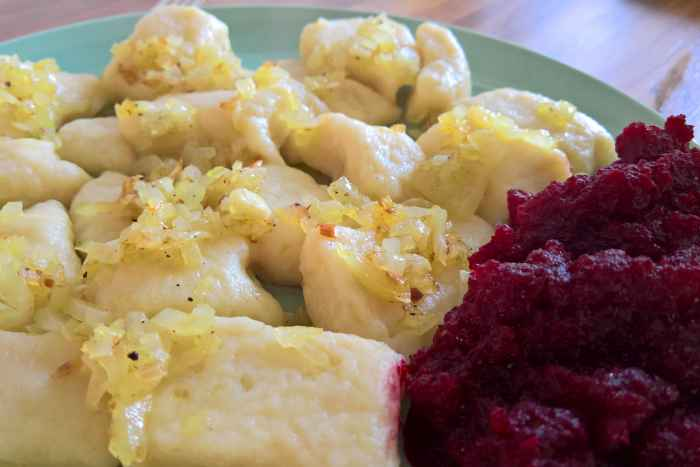 Kopytka (Kartoffelklöße) mit Zwiebeln und Roter Beete