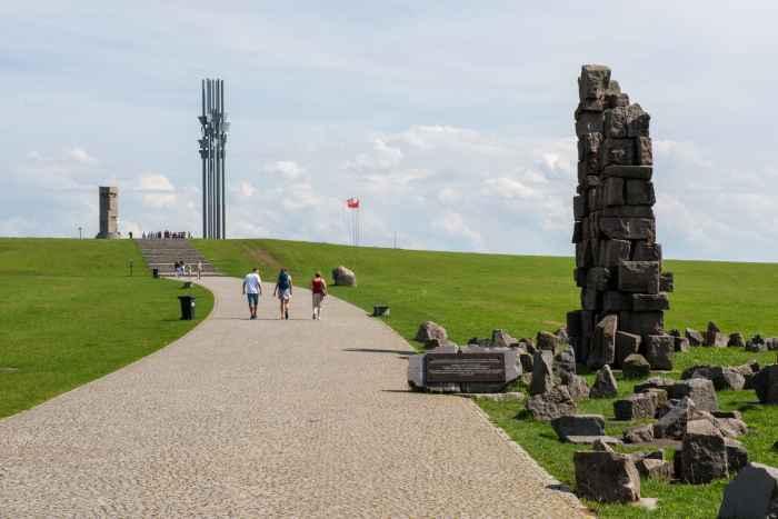 Fahnenmasten und Reste des Krakauer Grundwalddenkmals