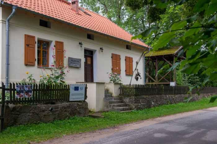 Vor dem Wohnhaus und Museum Michał Kajka