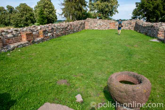 Taufbecken und Grundmauern der Marienkirche in Grunwald
