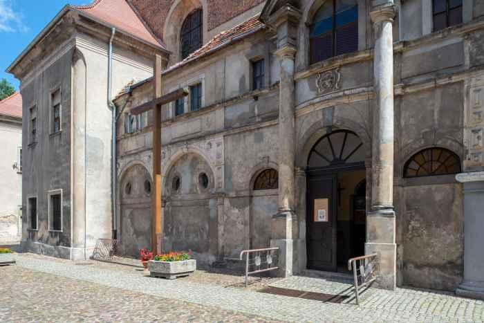 Eingang zur Maria-Himmelfahrt-Kirche in Żagań
