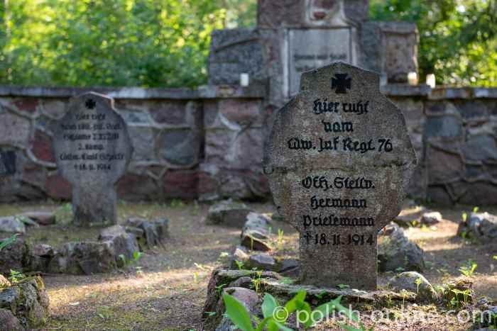 Grabstein auf einem deutschen Soldatenfriedhof bei Eckersberg (Okartowo)