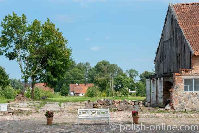 Zum Teil abgerissenes Wirtschaftsgebäude in Eichmedien (Nakomiady)