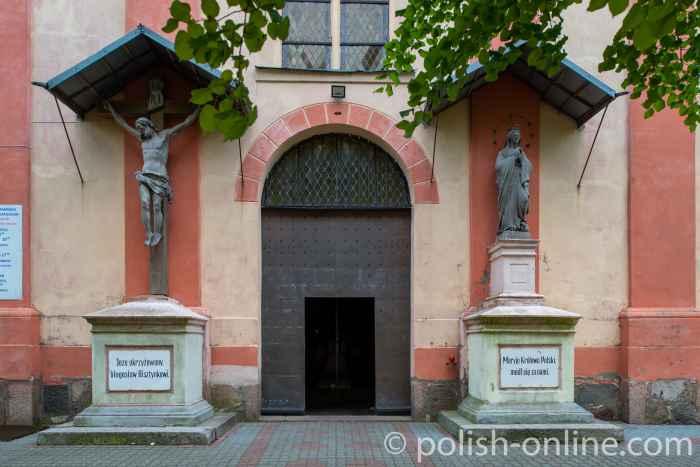 Eingang zur Kirche des heiligen Matthias in Bischofsstein (Bisztynek) im Ermland