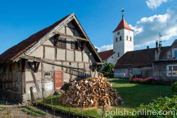 Schuppen und klassizistische Kirche in Willenberg (Wielbark)