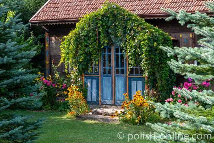 Altes Holzhaus mit gepflegtem Garten in Onufryjewo in Masuren