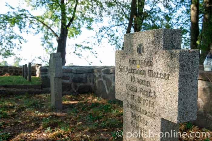 Grabkreuz auf dem Soldatenfriedhof bei Dubeningken (Dubeninki) in Masuren