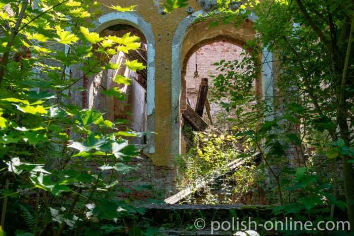 Der Haupteingang des neobarocken Gutshauses in Groß Medunischken
