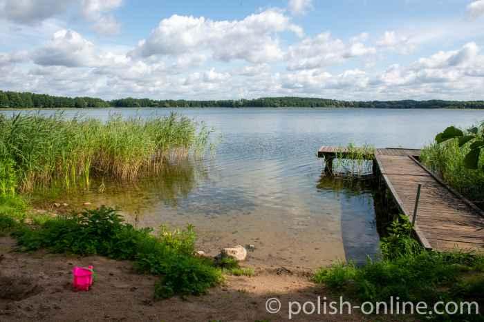 Badestelle mit einem Steg in Jakobsdorf (Jakubowo) in Masuren