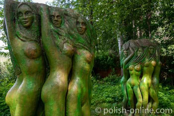 Frauenskulpturen im masurischen Galindia