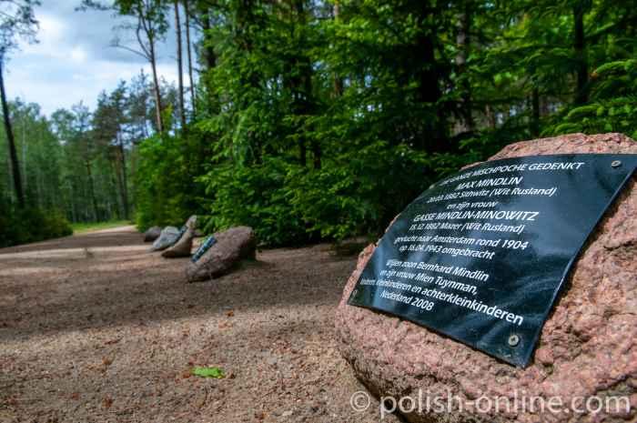 Foto von einem Gedenkstein mit Namen von Ermordeten Juden an einem Wegesrand