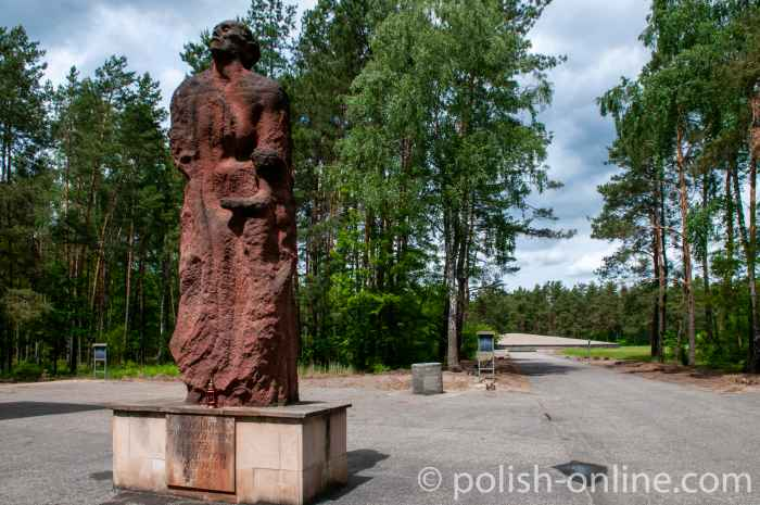 Denkmal auf dem Gelände des ehemaligen Vernichtungslagers Sobibor, das eine Mutter darstellt, an die sich ein Kind schmiegt